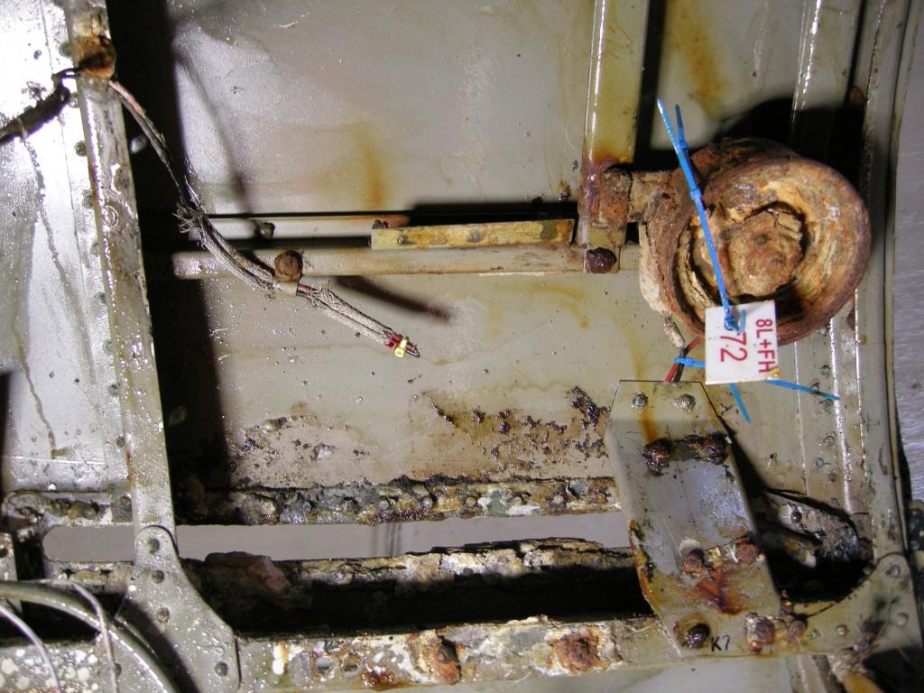 Bosch lydhorn som er plassert foran flygerens instumentpanel oppe mellom spant 1- 2