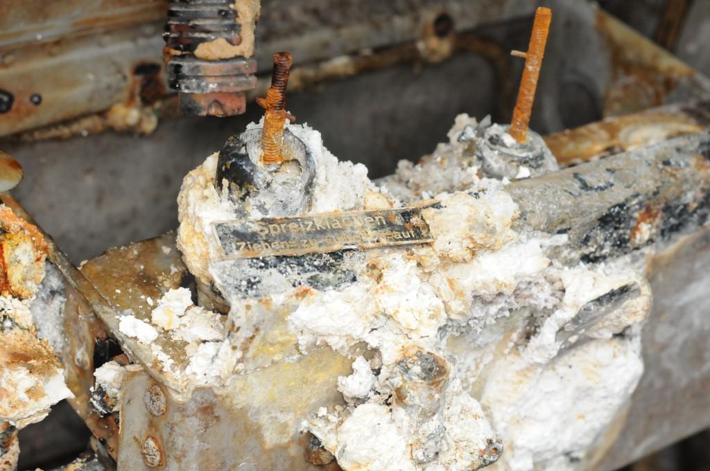 Skilt som sto montert på enheten. Bildet er tatt rett etter hevingen i juni 2012