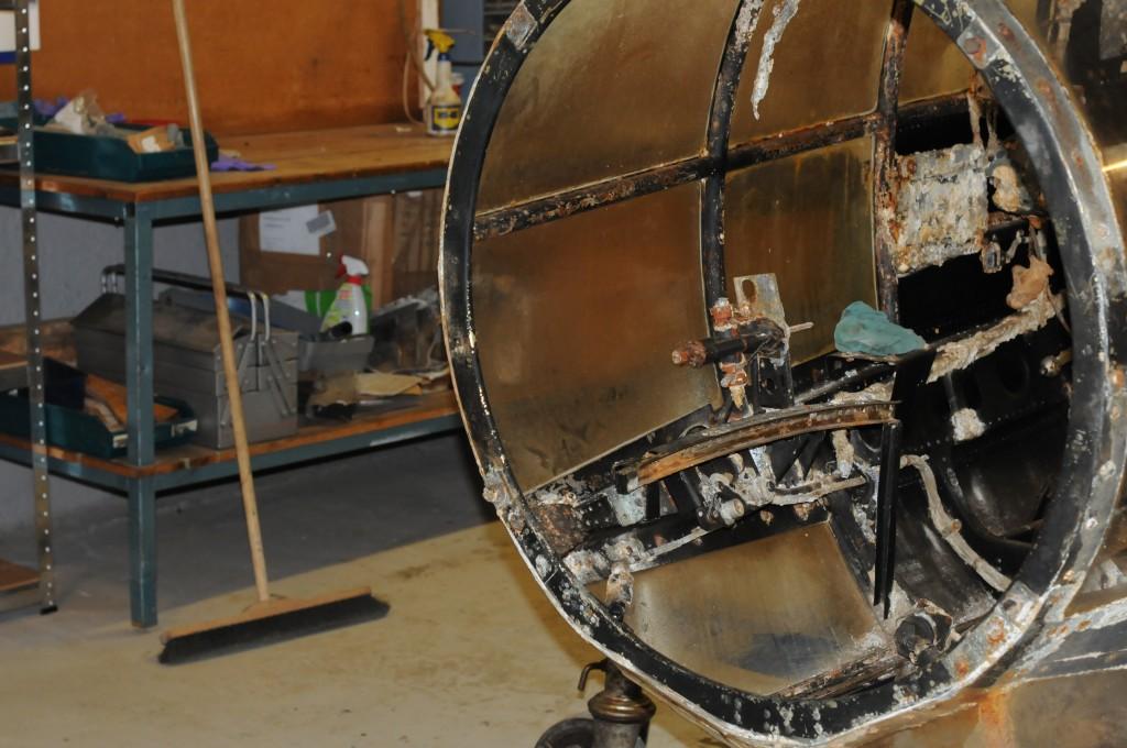 Spant I- III . Her ser en styrbord skinne for navigatørens / bombesikterens  flyttbare liggeunderlag.