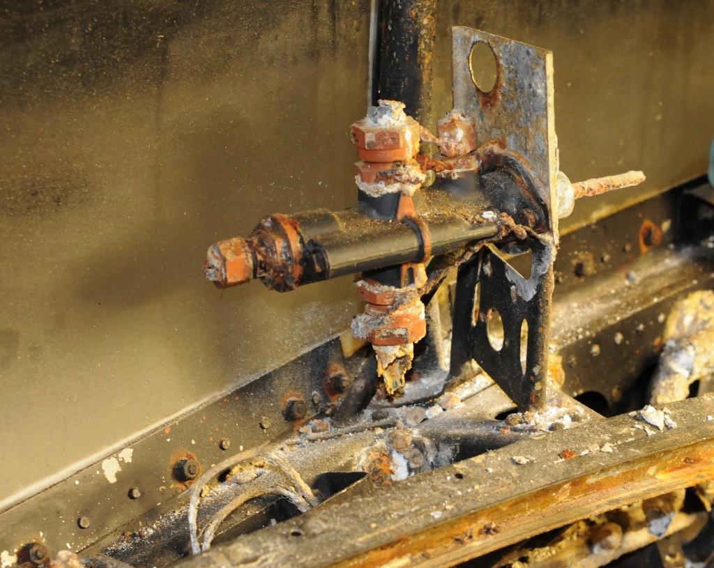 Bombesikterens hydrauliske åpne og lukkeventil for bombeluker. Ventilen er plassert på styrbord siden ved spant II.