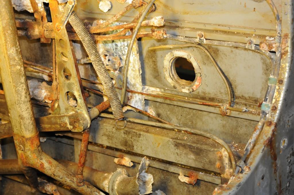 Styrbord side mellom spantene 5- 6. En ser her bl.a. bakre del av mekanikken for starting av nødutpumping av drivstoff, nedre del av setestøtte og gjennomgang for varmluftsrør fra eksosmanifoil.