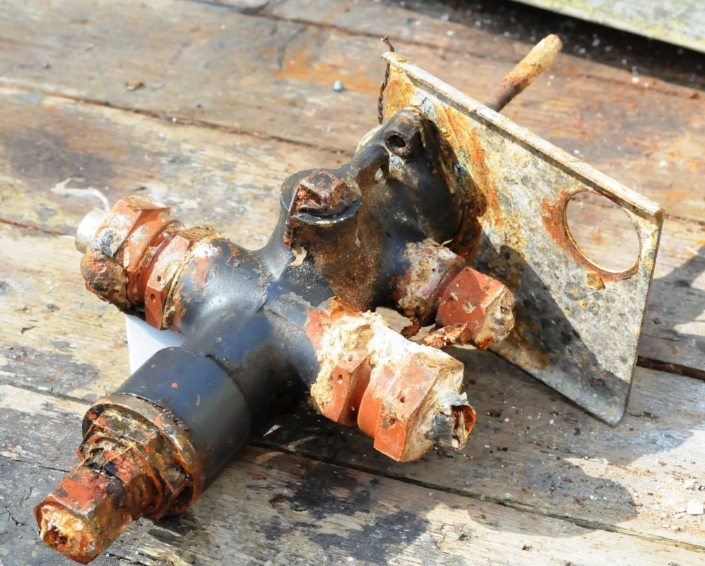 Hydraulisk ventil for betjening av bombeluker som bombesikteren hadde ved sin høyre hånd helt  fremme ved spant II