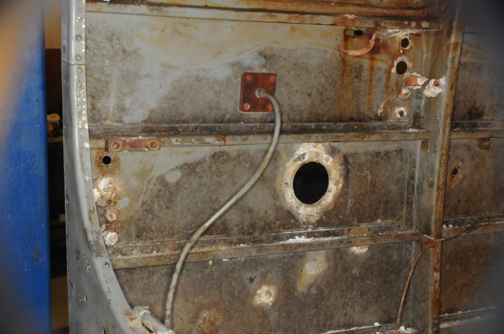 Hullet, mellom spant 5- 6, hvor varmluftsrøret, fra babord eksosmanifoil, kom inn i cockpiten.