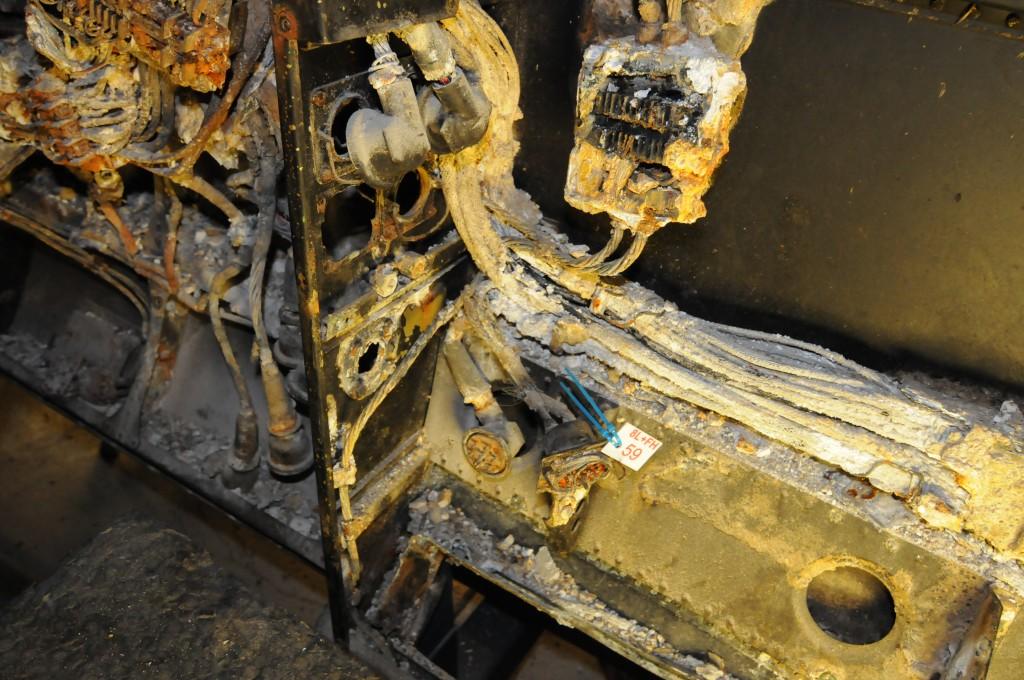En del av hoved ledningsgaten langs flyets babord side i cockpit og neseseksjonen