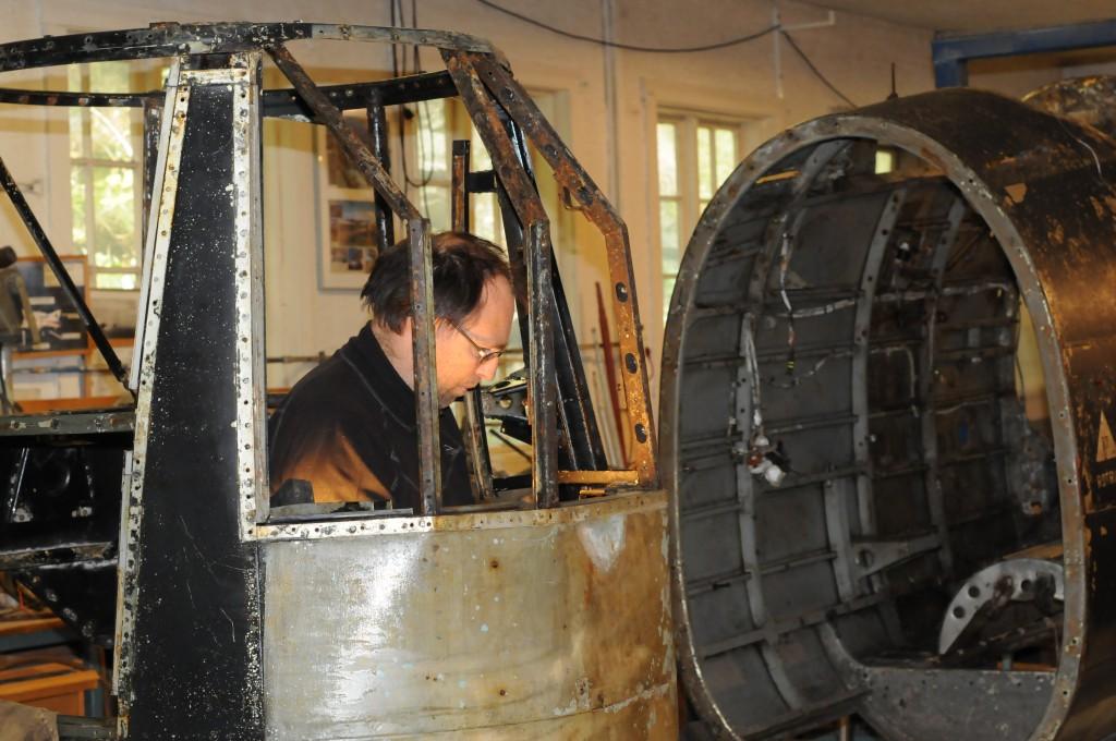 Ernst Knutsen arbeidende inne i nese seksjonen