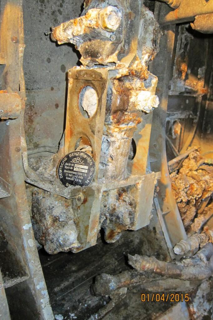 Rester av en bensinpumpe som er montert på babord side inne i tunnelen, mellom spantene 8- 9.