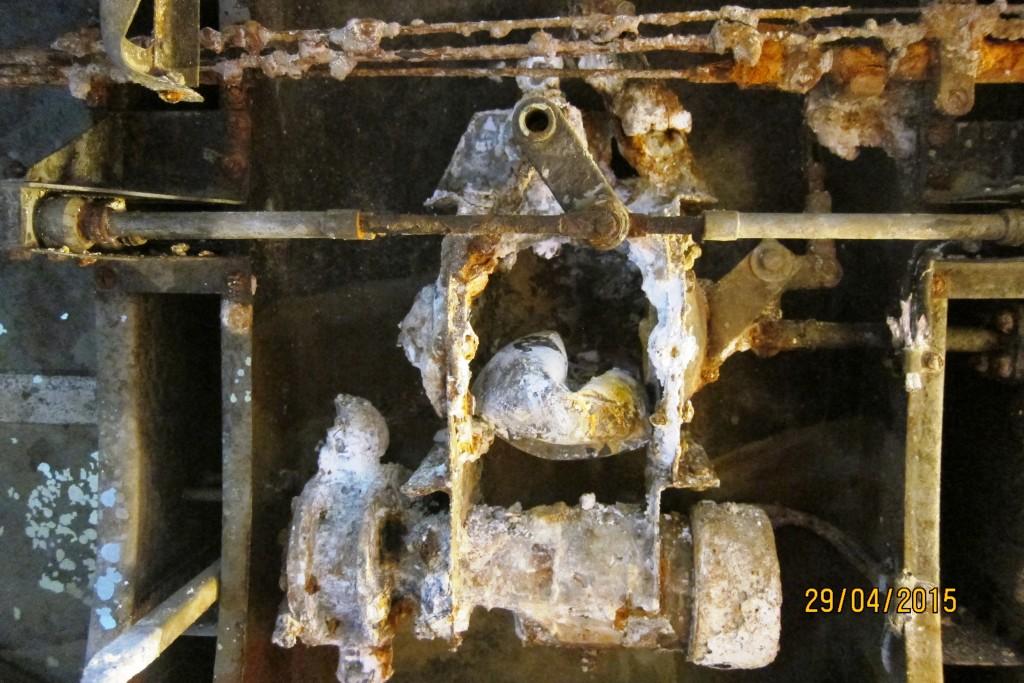 Pumpe for dumping av drivstoff. En kan på bildet også se noen av pumpens manøver hendler.
