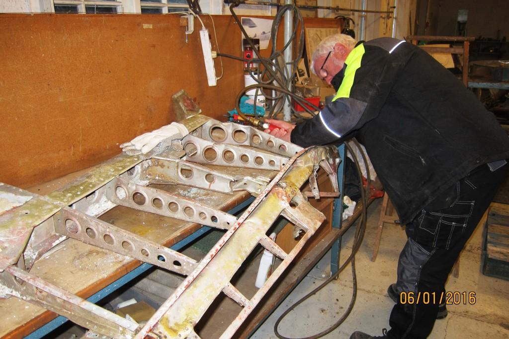 Roar Henriksen i arbeid inne på verkstedet med å reparere styrbord høyderor.